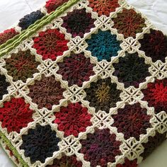 Lovely !!! Look for a star burt pattern. The is no pattern in English here at Ravelry. I think the trick her is any granny square but the last row of the square should be in a light color onto darker squares. I think the joining is what really makes this stand out..