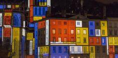 Desafiando las bajas temperaturas miles de personas, muchas de ellas turistas, inundan las calles para dejarse sorprender por las escenografías de luces. - La Fete des Lumières - Lyon - Reuters.