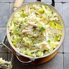 Stamppot met prei-roomkaas en kip. - 3 el olijfolie - 2 uien, in halve ringen - 2 preien, gewassen en in ringen - 1.2 kg iets kruimige aardappelen - 2 tenen knoflook, in dunne plakjes - 1 bakje bieslook (25 g), in stukjes - 1 duopak gerookte kipreepjes (200 g) - 1 bakje verse roomkaas met kruiden (125 g)