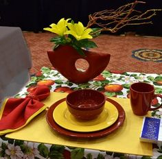 table setting at National Garden Club convention Buffalo NY Print tablecloth is covered enough to not distract: blue ribbon. Creative Flower Arrangements, Table Arrangements, Floral Arrangements, Garden Show, Garden Club, Breakfast Tray, Design Table, Table Designs, Design Competitions
