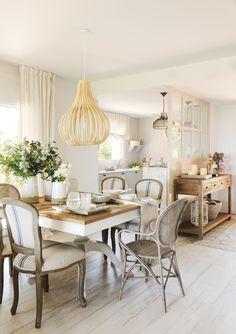 020 DSC2243-2a. Comedor con sillas vintage junto a la cocina_020 DSC2243-2a