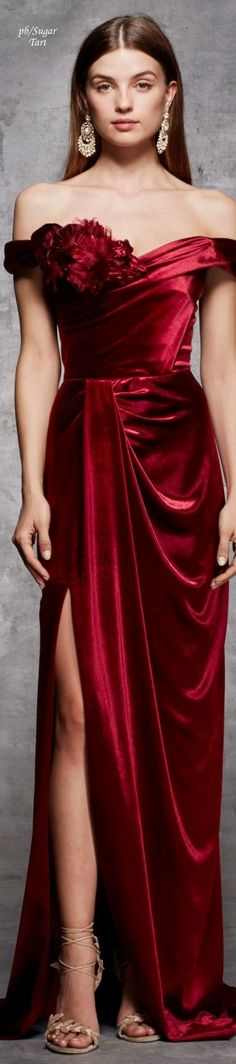 Marchesa 2018 Without the flower thingy. Red Fashion, Fashion 2018, Couture Fashion, High Fashion, Burgundy Fashion, Marchesa, Winter Typ, Evening Dresses, Formal Dresses