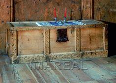 Truhe  Kunstwerk: Tischlerarbeit ; Möbel ; Truhe ; Südtirol  Dokumentation: 1400 ; 1500 ; Dorf Tirol ; Italien ; Südtirol ; Burg Auer ; privat