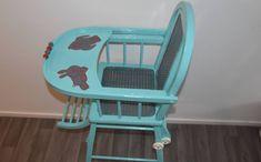 Chaise haute bébé vintage customisée dans un agréable bleu océan et une couche de brillant transparent
