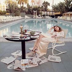 """Classy Golden Era on Instagram: """"Faye Dunaway, indifferent and nonchalant the day after her Oscar. ⠀⠀ By the swimming pool of the Beverly Hills Hotel though, in silk and…"""" Terry O Neill, Beverly Hills Hotel, The Beverly, Faye Dunaway, The Sunday Times, Galleries In London, National Portrait Gallery, Time Magazine, Girl Inspiration"""