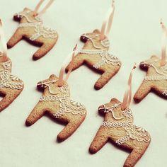 Gingerbread for christmas tree. ジンジャーブレッドのダーラヘスト。ツリーに飾る用に作りました。 スウェーデンのお土産で頂いたダーラヘストの柄を参考に。 本当はノエルの季節だけ作るものなのかもしれないけれど、好きなので 一年中作っています。おいしい。