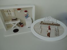 quadro cenário de lavanderia, com tecido no fundo e vidro na frente e peças em mdf. R$ 162,80