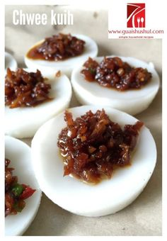 Another Singapore Malaysia Hawker Food–Chwee Kueh or Steamed Rice Cake With Preserved Radish - Guai Shu Shu Malaysian Dessert, Malaysian Food, Malaysian Recipes, Asian Cooking, Easy Cooking, Cooking Recipes, Asian Snacks, Asian Desserts, Asian Recipes