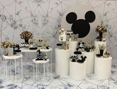 🥳 • ¡Belleza clásica con #MickeyMouse! 🐭 Créditos: 👉🏻 📸 @amaislindafesta  #ecumple #decor #DIY #fiesta #deco #eventos #cumpleaños #ideas Baby Boy First Birthday, Mickey Party, Mickey Mouse Birthday, Mickey Minnie Mouse, Boy Birthday Parties, Surprise Birthday, Birthday Ideas, Bolo Minnie, Baby Shower Deco