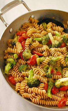 Massa pesto de brócolis. Simples de fazer... delicioso de comer. | joeshealthymeals.com Pesto Pasta, Broccoli Pesto, Basil Pesto, Pasta Food, Broccoli Florets, Healthy Meal Prep, Healthy Dinner Recipes, Vegetarian Recipes, Cooking Recipes