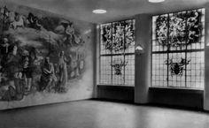 KRO Studio - Gezicht op de wandschildering en ramen in de hal
