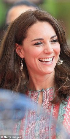 sparkling chandelier earrings to meet local children to play a game of cricket in Mumbai Catherine Cambridge, Duchess Of Cambridge, Duchess Kate, Duke And Duchess, British Asian, Queen Kate, Catherine The Great, Kate Middleton Style, Westminster Abbey