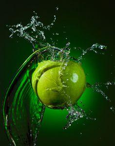 Green apple by Alex Koloskov on 500px Shutter Speed Photography, Splash Photography, Fruit Photography, Still Life Photography, Macro Photography, Photography Ideas, Color Photography, Splash Fotografia, Fotografia Macro