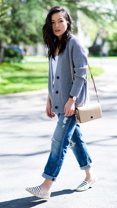 Give your look a relaxed yet chic touch with our distressed boyfriend jeans, like the always fashionable @kateogata | Banana Republic