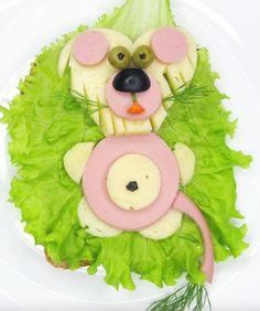 Hay veces que en las guarderías o escuelas infantiles, los peques se resisten a comer. Es normal, son lugares a los que no están acostumbrados. Una forma de ganárselos es con imaginación. Por eso, este sandwich de jamón york y queso en forma de león nos parece una idea... deliciosa!