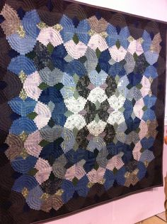 Log Cabin clamshell variation, posted by A Quilter by Night: 2013 Tokyo Quilt Festival