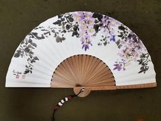 In this series, Master Sohyun shows the painting strokes of wisteria, the summery plants popular in Korean gardens. Painted Fan, Painted Paper, Hand Held Fan, Hand Fans, Chinese Fans, Decoupage, Paper Fans, Architecture Drawings, Chinese Painting