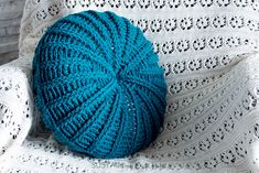 Looking for great free crochet pillow patterns? Pick up this round crochet pillow cover pattern including step-by-step DIY tutorial. Great spring decor addition for your home and couch. Crochet Round, Crochet Home, Crochet For Kids, Easy Crochet, Free Crochet, Ravelry Crochet, Crochet Ideas, Crochet Granny, Blanket Crochet