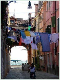 Le quartier que j'affectionne particulièrement. Vie des Vénitiens, quartier populaire, coloré ... --- Corte de le Colone dans le Castello à Venise