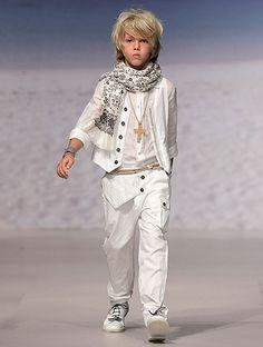 http://www1.hola.com/ninos/galeria/2012030757349/trajes-comunion-2012-ninos/7/