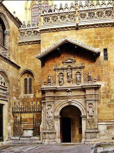 Historia:Los Reyes Católicos escogieron como lugar de enterramiento la ciudad de Granada ,creando,mediante Real Celula de fecha 13 de septiembre de 1504, la Capilla Real . Fue construida entre 1505 y 1517 en estilo gótico y dedicado a San Juan Bautista y San Juan Evangelista. Comenzó a construirse en el año 1505 por Enrique Egas en estilo gótico.
