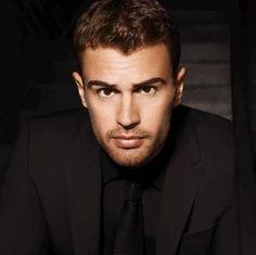 """""""Divergent""""-Star Theo James ist das neue Gesicht von Boss"""