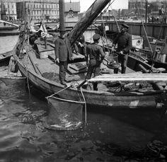 Kalastaja-aluksesta myydään tuoretta kalaa Kauppatorin...