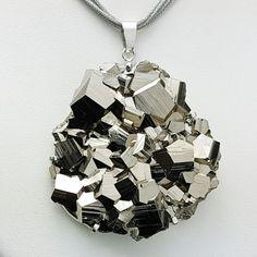 b41e8467de67 Colgante de pirita cristalizada montada en plata de ley 925. Joya realizada  de forma totalmente