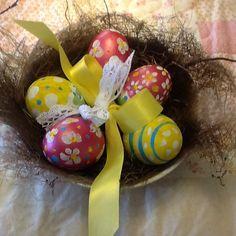 Uova dipinte in nido vero