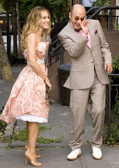 Carrie Bradshaw (Sarah Jessica Parker) and Stanford Blatch (Willie Garson) ~ Sex and the City Sarah Jessica Parker, Carrie Bradshaw Outfits, Carrie Bradshaw Style, Dresses For Less, Special Dresses, Willie Garson, Carrie And Big, Gay Best Friend, Casual Chique
