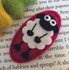 NO SLIP Wool felt hair clip Fluffy Sheep raspberry por MayCrimson