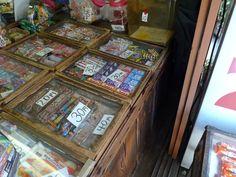 ガラスケースにディスプレイされたたくさんの駄菓子たち。