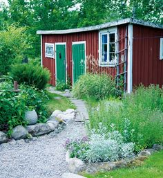 rabatt torp Scen-sommar i trdgrden Hus amp; Swedish Cottage, Red Cottage, Garden Cottage, Home And Garden, Modern Garden Design, Patio Design, Outdoor Spaces, Outdoor Living, Minimalist Garden