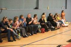 Aikido Kindertraining mit Aikido Kyuprüfungen in der Auhofschule, Linz - 8. April 2016: Eltern und Zuseher bei der Kinderprüfung