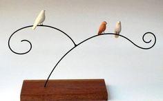 Escultura de arame e passarinhos em cerâmica com base de madeira R$ 50,00                                                                                                                                                      Mais