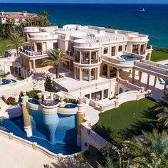 😍 Playa Vista Isle located at 935 Hillsboro Mile in Hillsboro Beach, Florida. The square foot oceanfront home recently sold at auction and boasts 11 bedrooms & 22 bathrooms ⠀ Mega Mansions, Mansions Homes, Inside Mansions, Luxury Mansions, Mansions For Sale, Dream Home Design, My Dream Home, Hillsboro Beach, Florida Mansion