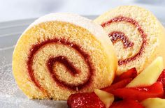 This almond and raspberry Swiss roll is a delicious afternoon treat that the whole family can enjoy together Swiss Roll Cakes, Swiss Cake, Great British Bake Off, Food Cakes, Dessert Salads, Dessert Recipes, Jam Roll, Dessert Thermomix, Cake Roll Recipes