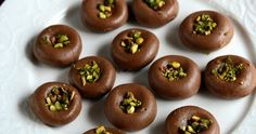 This is an instant chocolate peda recipe made with sweetened condensed milk, cocoa powder and milk powder. Kids will love this chocolaty p. Dessert Recipes For Kids, Indian Dessert Recipes, Indian Sweets, Snack Recipes, Indian Recipes, Cake Recipes, Vegetarian Chocolate, Chocolate Recipes, Chocolate Making