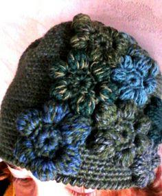 """Cappello in lana """"Fiori nella mente ovvero prato nella testa"""". Lavorazione a uncinetto. Ideato e realizzato da Filonellamente by Silvia Silvan."""