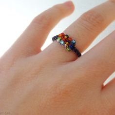 Learn how to make this easy and colourful ring (in Portuguese and English)