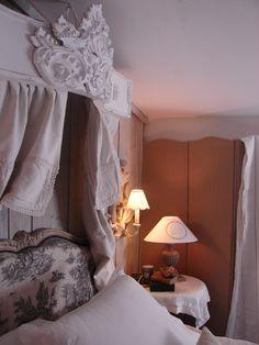 Chambre à coucher avec ciel de lit romantique | patine, brocante ...