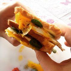 """""""Pranzo super veloce per @pit1340 Panino imbottito con polpette indiane, formaggio, uovo, insalata e senape! www.succedeame.blogspot.it"""