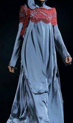 Snygg skärning - kan vara både tunika/kjol eller abaya - svårt att avgöra från bilden. Inte helt förtjust i den röda spetsen som går över axelpartiet, den ser dock ut att sitta löst och kan sannolikt tas bort.