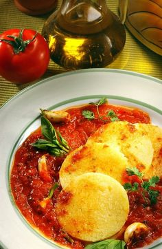 Polenta with tomato basil sauce, a delicious recipe suitable for vegetarians Quinoa, Stuffed Pepper Casserole, Stuffed Peppers, Chicken Casserole, Italian Dishes, Italian Recipes, Italian Cooking, Bacon Casserole Recipes, Cooking Joy