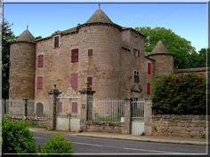 """""""Hooo, un cube avec des cotés arrondis"""". C'est ce que je me suis écrié en découvrant le château de de Montjaux en Aveyron. Cette construction du 15ème siècle a eu ses systèmes défensifs gommés par les multiples propriétaires. Pourtant sa puissance se ressent depuis la route."""