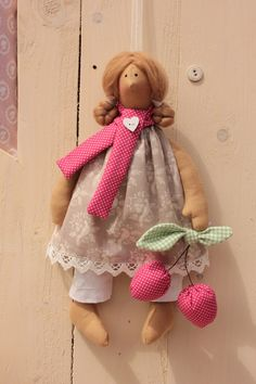Willkommen in Babajaga´s Nähstübchen.  Liebevoll von mir genäht, gestopft und dekoriert ist das bezaubernde Püppchen mit ihren Stoffkirschen. Es trägt ein Kleid aus Baumwolle und eine Hose aus...