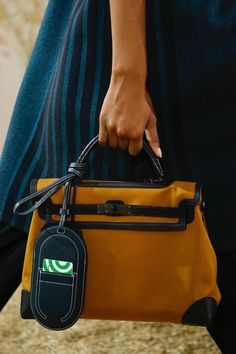 Hermès Resort 2019 Fashion Show Details: See detail photos for Hermès Resort 2019 collection. Look 74 Hermes Bags, Hermes Handbags, Cheap Handbags, Luxury Handbags, Purses And Handbags, Balenciaga Handbags, Bags Online Shopping, Online Bags, Birkin