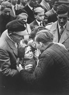 1956 Helmuth Pirath Keystone Press World Press Photo of the Year German World War II prisoner, released by the Soviet Union, is reunited with his daughter. The child had not seen her father since she was one-year-old. Old Pictures, Old Photos, Moving Pictures, World Press Photo, Photos Rares, Ali Michael, Powerful Pictures, Robert Frank, Interesting History