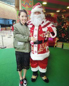 聖誕老人我份禮物呢你好像胖了很多喔你在香港不熱嗎 你會不會跟我玩跳樓機大家也想與聖誕老人拍照問問題的話快些來充滿聖誕的海洋公園啦 by suechangg