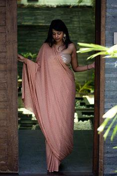 Beautiful Girl Indian, Beautiful Saree, Peach Color Saree, Saree Wearing Styles, Sarees For Girls, Light Peach Color, Plus Size Mini Dresses, Satin Saree, Saree Photoshoot